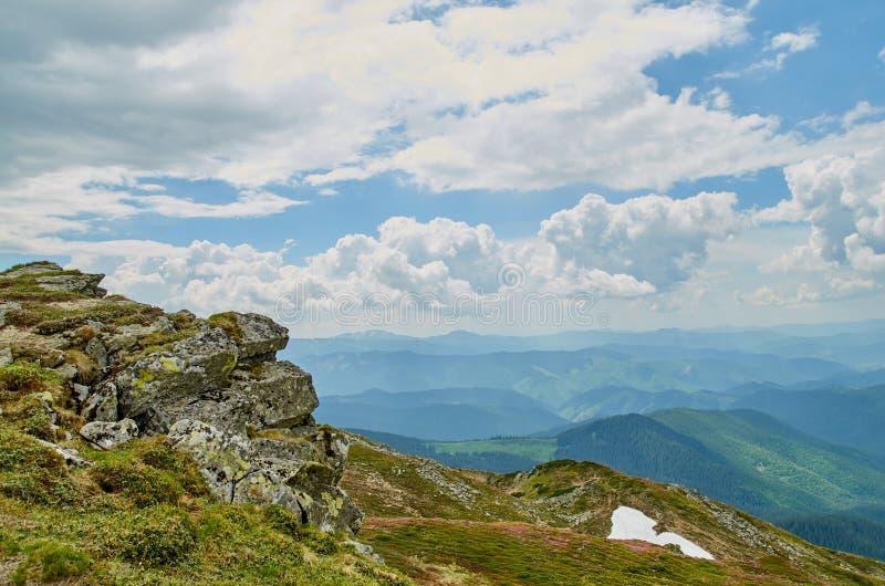 Een grote steen scaur en groene heuvels in Karpatische bergen in de zomer De achtergrond van het bergenlandschap stock foto