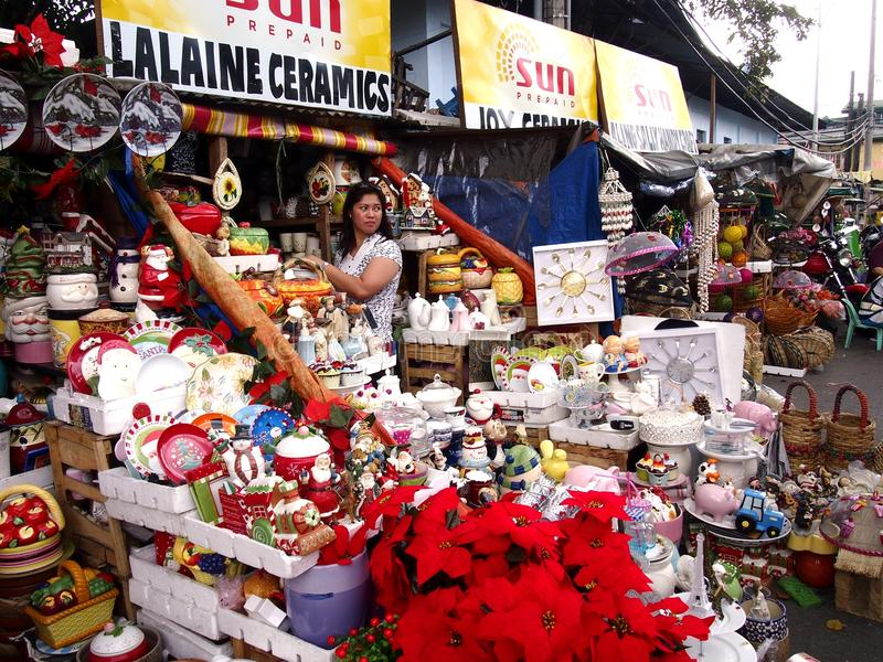 Een grote verscheidenheid van huis en Kerstmisdecoratie op vertoning bij een opslag in Dapitan-Markt stock foto's