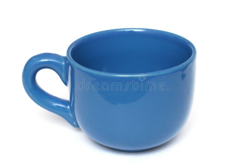 Een grote vlakte al blauwe koffiemok met handvat stock foto's