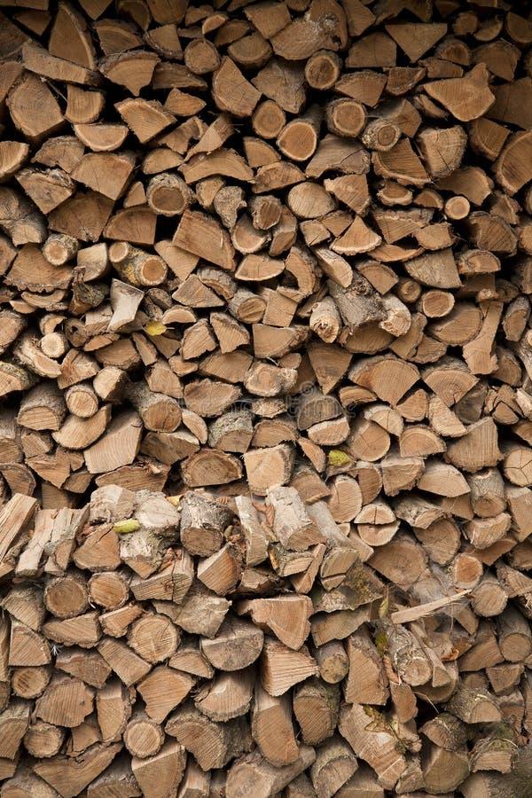 Een grote voorraad van gespleten en droog brandhout royalty-vrije stock fotografie
