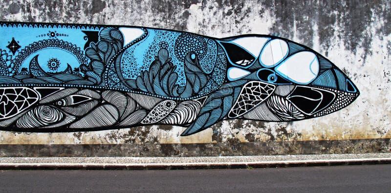 Een grote walvisvis schilderde op een concrete muur stock foto