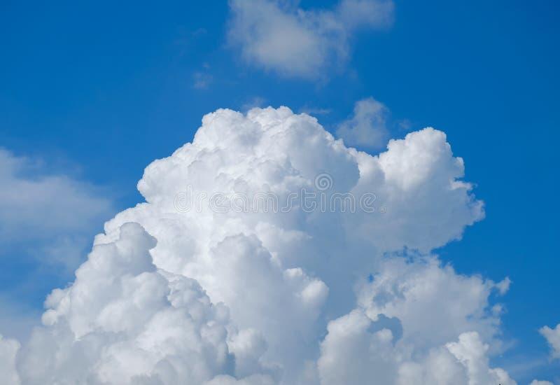 Een grote wolk boven de blauwe hemel, op een heldere dag royalty-vrije stock afbeeldingen
