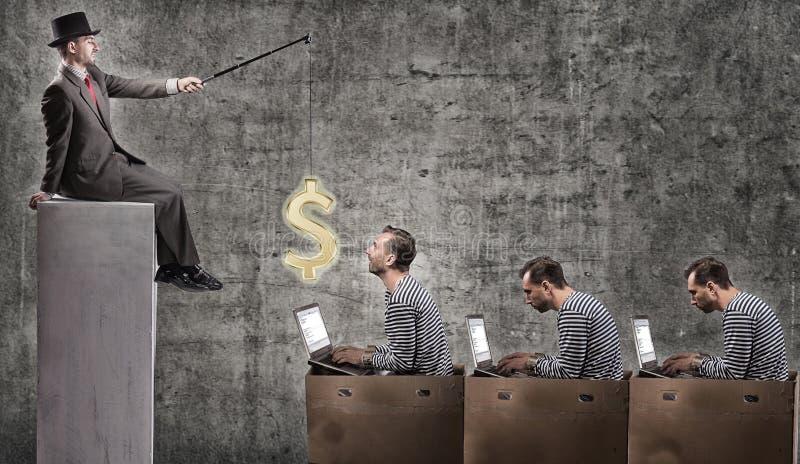 Een gulzige zakenman motiveert beambten met een salaris royalty-vrije stock fotografie