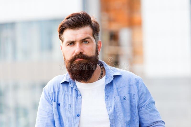 Een haarsalon voor mensen Gebaarde mens openlucht Rijpe hipster met baard Gebaarde mens Zekere en knappe Brutale mens stock foto's
