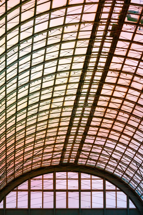 Een halfrond plafond van glas en metaal in de moderne bouw op een achtergrond van oranje zonlicht royalty-vrije stock fotografie