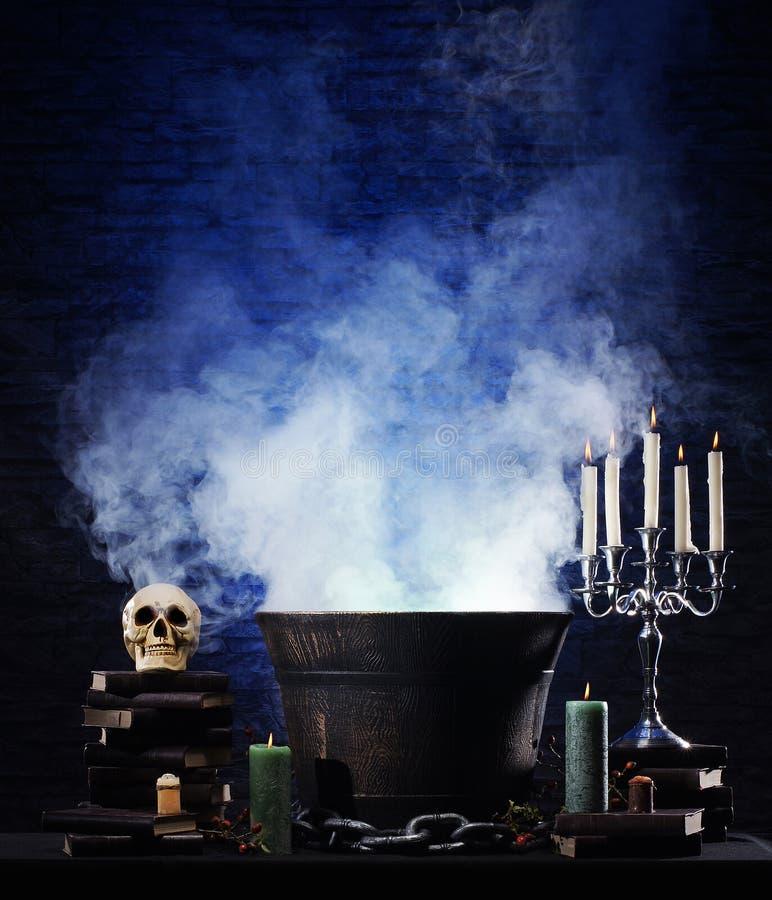 Een Halloween-achtergrond met heel wat elementen stock foto's
