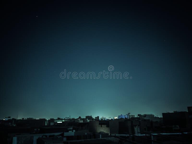 Een halve maannacht bij stad stock afbeelding