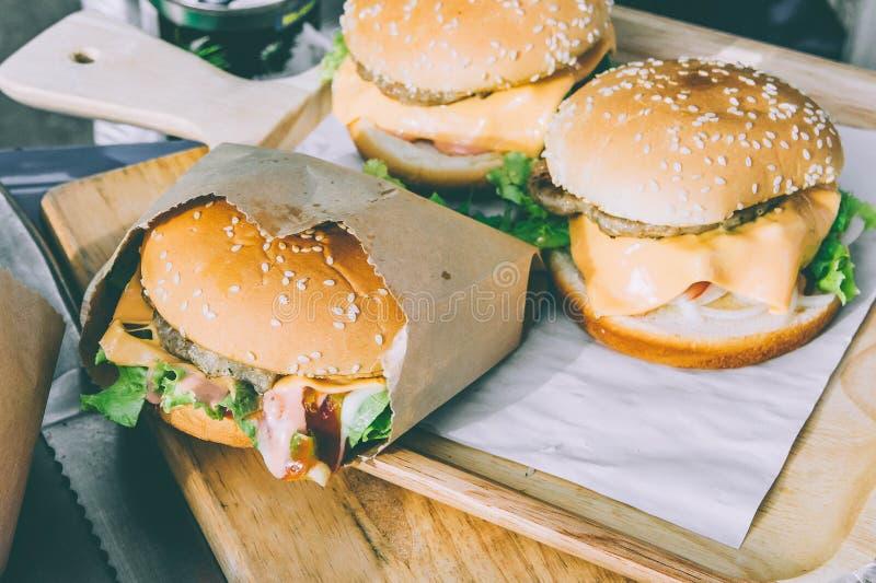 Een hamburger bakte brood met groenten, room en varkensvlees, snelle FO stock afbeelding