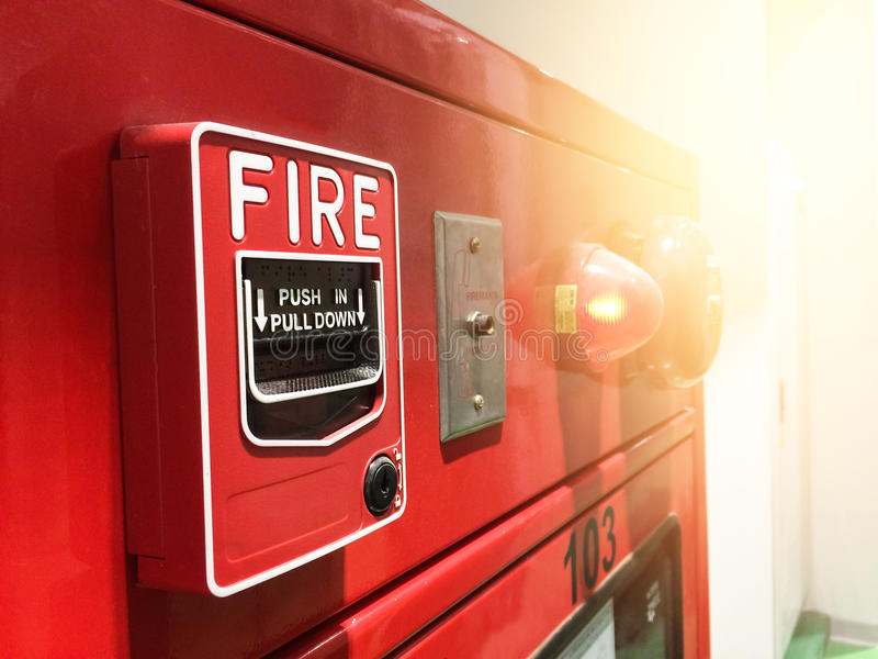 Een hand die en een rode brandalarmschakelaar bereiken trekken Rood brandalarm royalty-vrije stock foto's