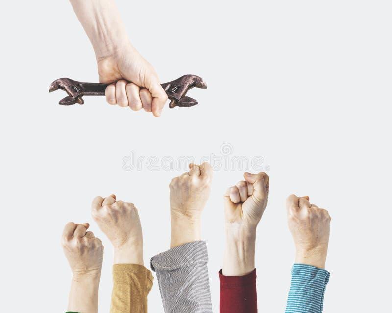 Een hand houdt een moersleutel, de fotografieconcept van de arbeidsdag royalty-vrije stock afbeeldingen