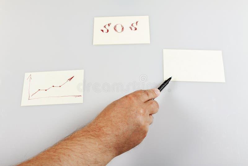 Een hand houdt een pen vast en toont op een lege sticker Sjabloon royalty-vrije stock afbeeldingen