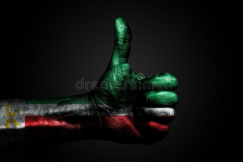 Een hand met een getrokken die vlag van Tchetchenië toont een vinger omhoog, een symbool van succes, bereidheid ondertekent, een  royalty-vrije stock foto's