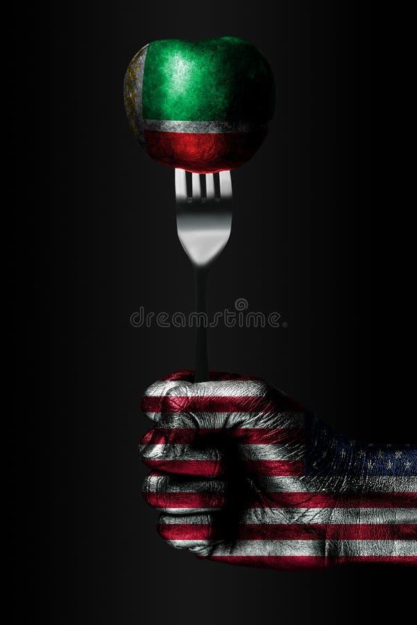Een hand met een getrokken vlag van de V.S. houdt een vork, waarop een bal met een getrokken vlag van Tchetchenië, een teken van  stock fotografie