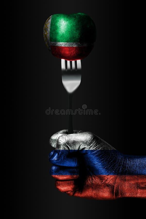 Een hand met een getrokken vlag van Rusland houdt een vork, waarop een bal met een getrokken vlag van Tchetchenië, een teken van  stock afbeelding