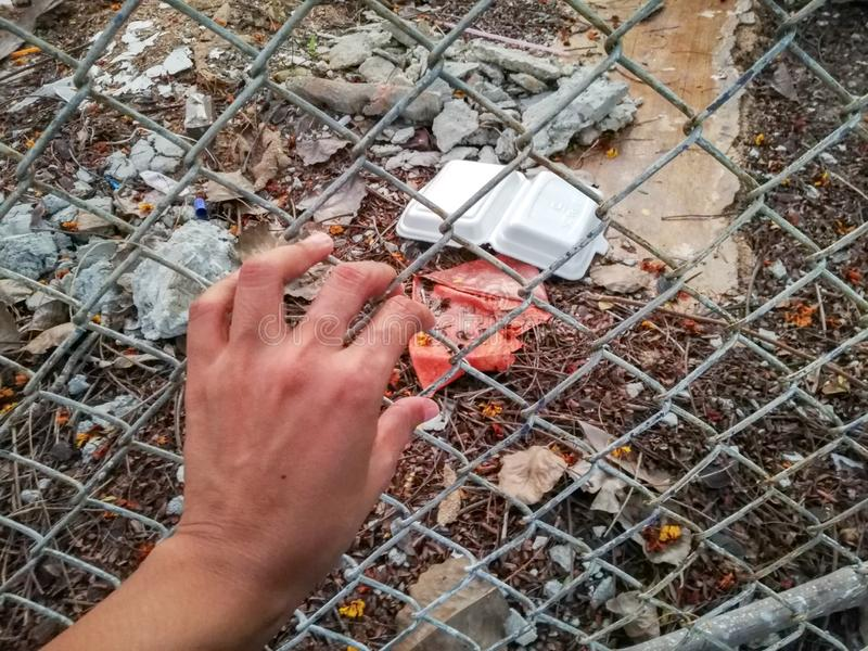 een hand wil het huisvuil vangen stock fotografie
