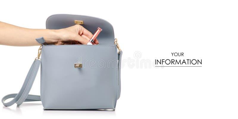 Een hand zette kosmetische lipsticklip polijst in het vrouwelijke blauwe grijze patroon van de leerzak royalty-vrije stock afbeelding