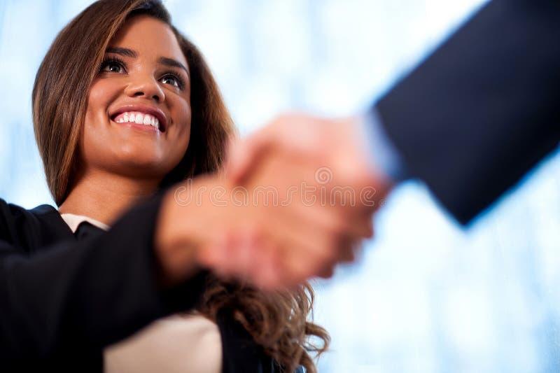Een handdruk tussen bedrijfsmensen royalty-vrije stock foto's