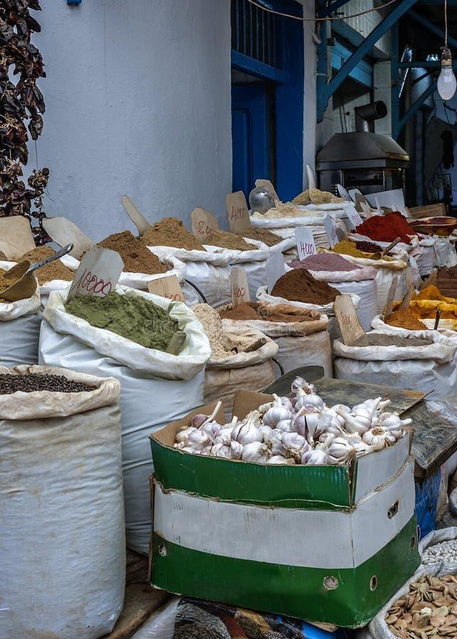 Een handelsdienblad met oosterse kruiden - de verscheidenheid is indrukwekkend stock fotografie