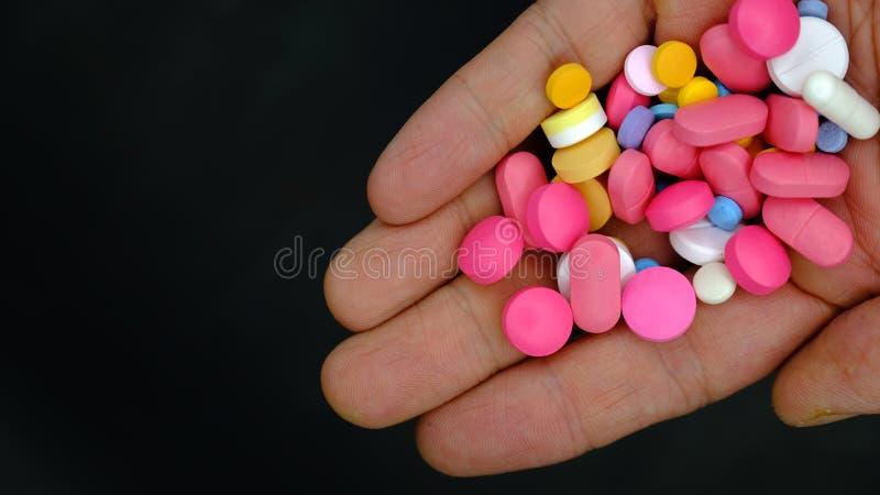 Een handvol pillen stock fotografie