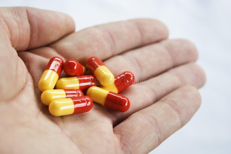 Een handvol pillen royalty-vrije stock afbeelding