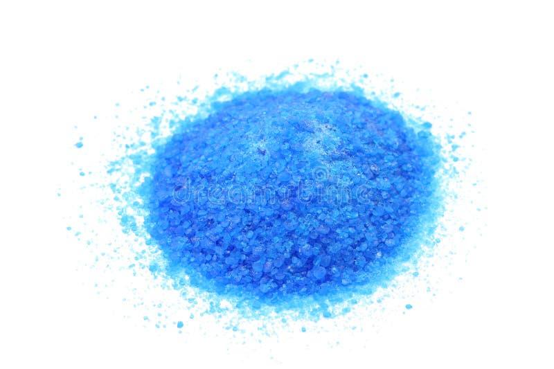 Een handvol van het blauwe zout van het kopersulfaat stock fotografie