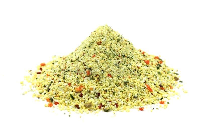 een handvol van korrelig kruiden met groenten stock afbeelding