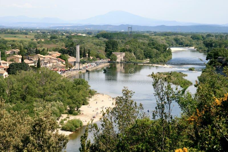 Een hangbrug die de rivier Ardeche overspant stock fotografie