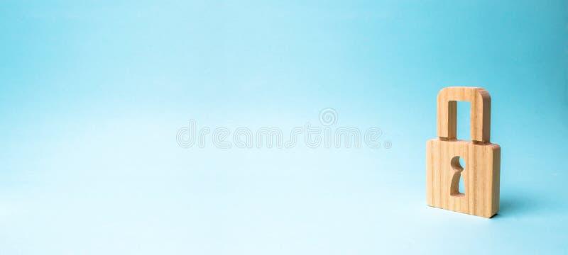 Een hangslot op een blauwe achtergrond safty informatie concept het behoud van geheimen, informatie en waarden Het binnendringen  stock foto
