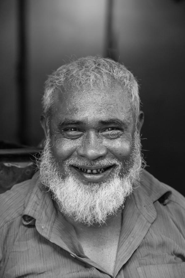 Een hard gezicht van arbeidersmensen, de mensengezicht van de dhaka bangladeshA hard arbeider, komt hij enkel uit haar het werkpl stock fotografie