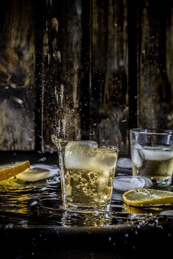 Een harde dag` s nacht wisky in de bar stock afbeelding