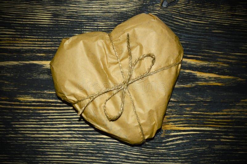 Een hart-vormige die gift in document wordt verpakt royalty-vrije stock fotografie
