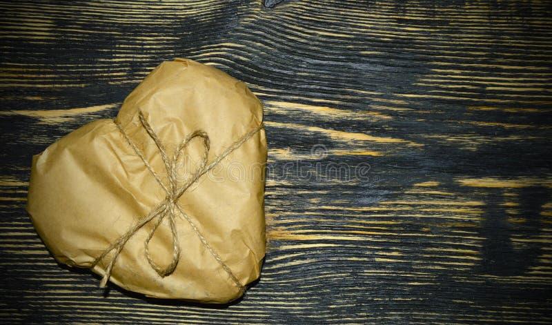 Een hart-vormige die gift in document wordt verpakt stock foto