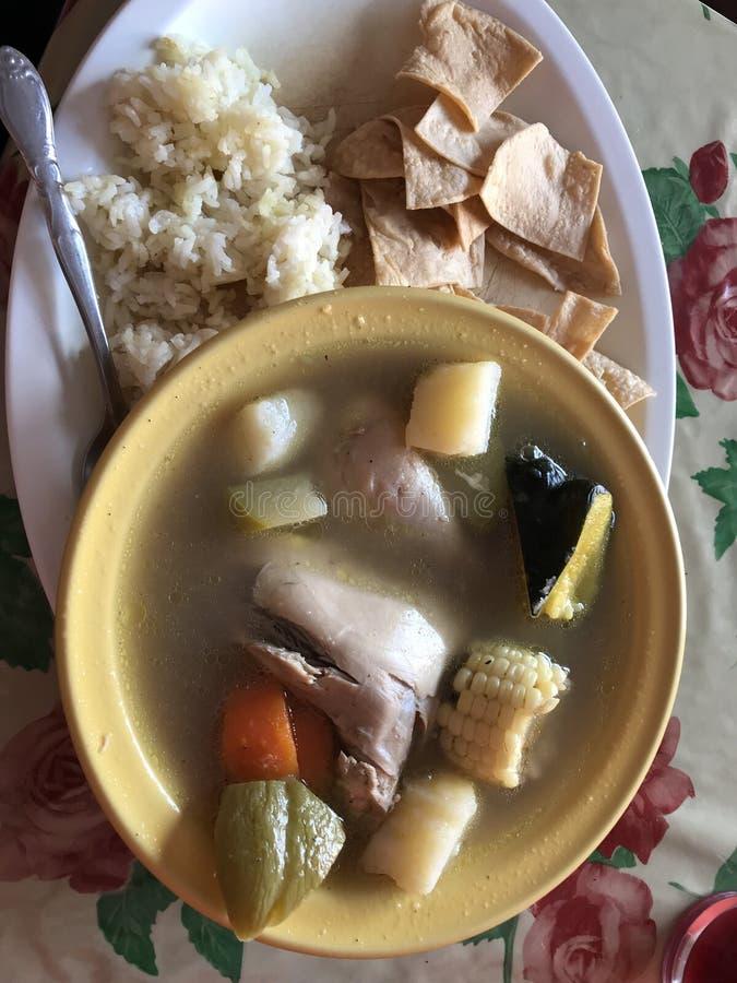 Een hartelijke kom Mexicaanse Kippensoep met een kant van rijst en nachos royalty-vrije stock foto