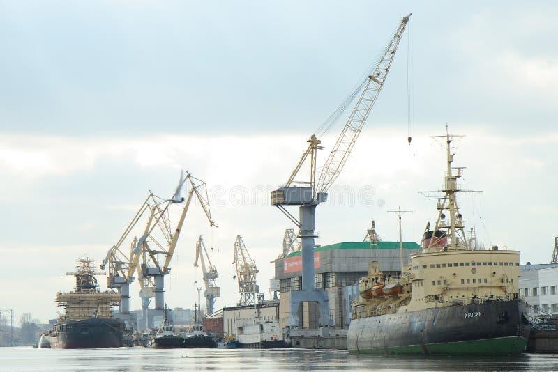 Een havenfaciliteit van Heilige Petersburg, Rusland stock afbeeldingen