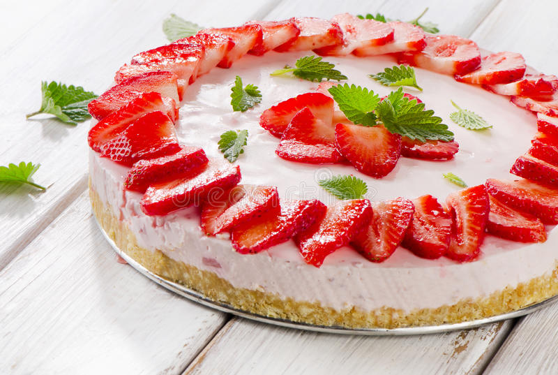 Een heerlijk dessert met kersenjam op de witte plaat royalty-vrije stock foto's