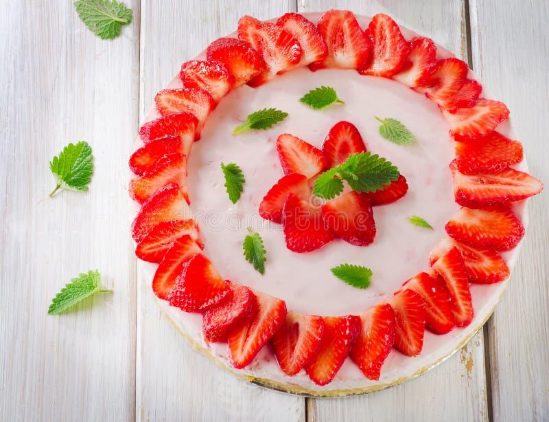 Een heerlijk dessert met kersenjam op de witte plaat stock foto