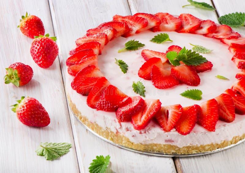 Een heerlijk dessert met kersenjam op de witte plaat royalty-vrije stock foto