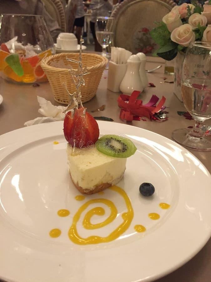 Een heerlijk dessert met kersenjam op de witte plaat royalty-vrije stock afbeelding