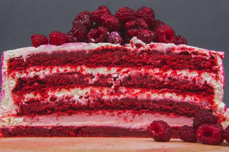 Een heerlijke die cake met frambozen op een grijze achtergrond wordt verfraaid stock foto