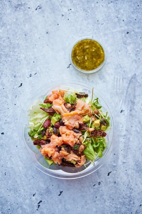 Een heerlijke gerookte zalm haalt salade weg stock foto's
