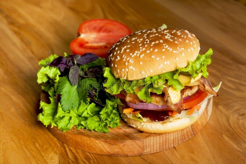 Een heerlijke hamburger met bacon royalty-vrije stock afbeelding