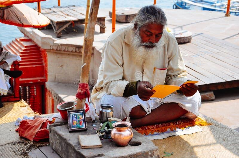 Een heilige mens zit in Varanasi, India royalty-vrije stock foto