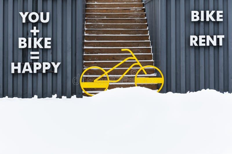 Een heldere gele fiets blokkeert de ingang aan treden het uitgaan stock foto's
