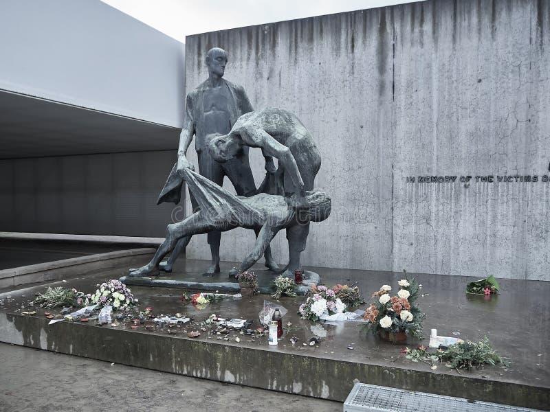 Een herdenkingsstandbeeld voor de slachtoffers in de plaats waar mensen wher stock afbeeldingen