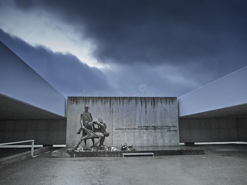 Een herdenkingsstandbeeld voor de slachtoffers in de plaats waar mensen wher stock afbeelding