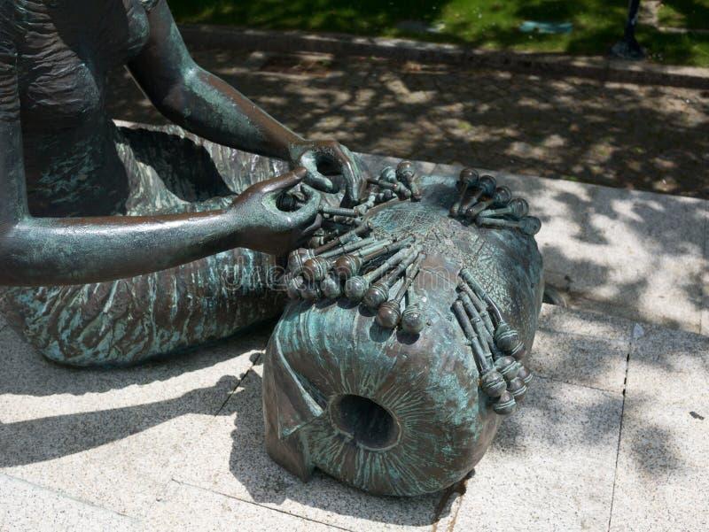 Een het bronsstandbeeld van Rendilheira DE Vila do Conde om wever te rijgen, sluit omhoog detail stock foto's
