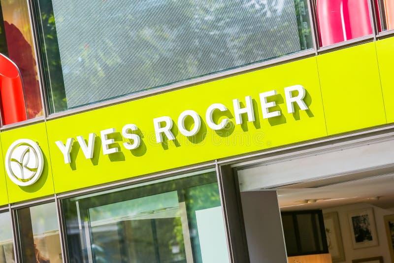 Een het hellen dichte omhooggaande mening van Yves Rocher storefront op Champs Elysees royalty-vrije stock foto