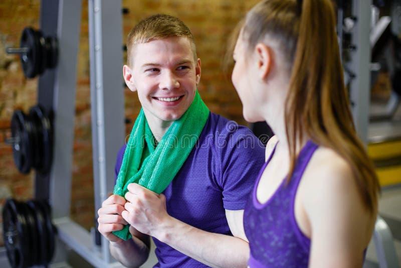Een het houden van paarrust na een training in de gymnastiek stock fotografie