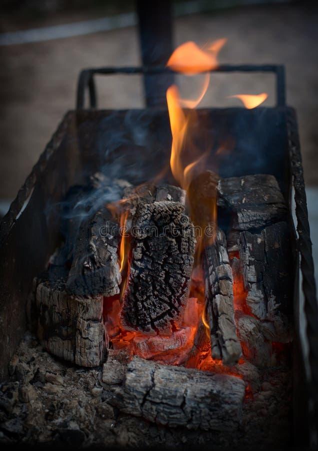 Een het leven brand Het pijnboomhout wordt gebrand in een koperslager, die de steenkolen zou krijgen, die gekookte kebab zullen z stock foto's