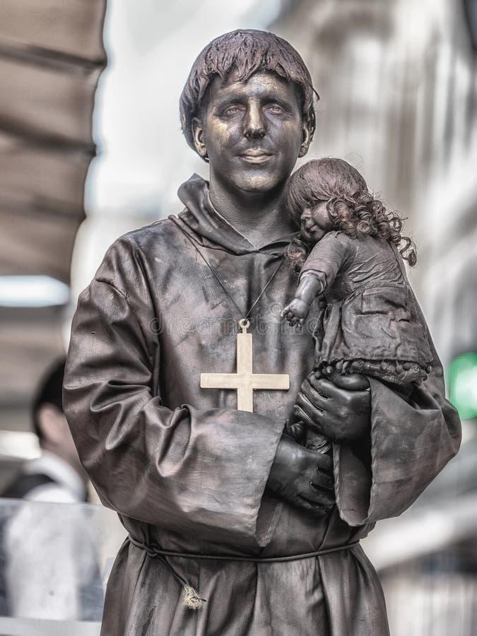 Een het leven standbeeld is een straatkunstenaar die als standbeeld of ledenpop, gewoonlijk met realistische standbeeld-als make- royalty-vrije stock foto's